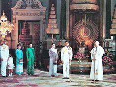 สมเด็จพระสันตะปาปา จอห์น. พอล ที่ ๒ เสด็จเข้าเฝ้า  พระบาทสมเด็จพระเจ้าอยู่หัว สมเด็จพระนางเจ้า ฯ พระบรมราชินีนาถ และพระบรมวงศานุวงศ์ ณ พระที่นั่งจักรีมหาปราสาท ในพระบรมมหาราชวัง..... ( สมเด็จพระสันตะปาปา ยอห์น ปอล ที่ 2 เสด็จเยือนประเทศไทย วันที่ 10-11 พฤษภาคม ค.ศ. 1984 )
