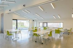 The objective of the service centre LDC Zonnedries, located in the Belgian town of Tielt-Winge, is to provide support in all aspects of everyday life, however with a clear focus on health care. Kusch+Co furnished the stacking side chairs of series 2200 #¡Hola! as well as the practical folding tables 4000 #Delgado for their multipurpose room, allowing for a flexible configuration.