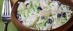 Una ensalada dulce y muy fresca, a todos les va a encantar! Solo hay que seguir el paso a paso. Una mezcla interesante de sabores y texturas, la tienen que probar! Ensalada Rusa Recipe, Barbacoa, Canapes, Empanadas, Deli, Cilantro, Potato Salad, Cabbage, Salads