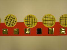 Les enfants ont découpé des carrés dans une bande de papier doré. Ils les ont collés sur la couronne. Ensuite ils ont dessiné des ...