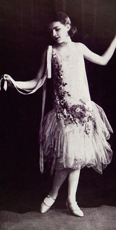 """Les Modes (Paris) May 1927 """"Premier Bal"""" Robe de bal par Boue Soeurs"""