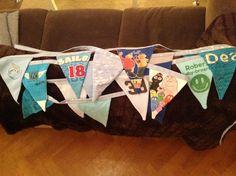 Zelfgemaakte vlaggetjeslijn gemaakt van zoon's oude t-shirts en truitjes die ik niet weg KON gooien!