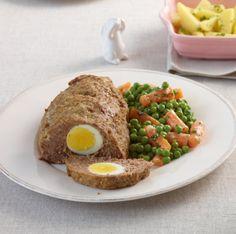 Auf der Ostertafel immer ein Renner: Falscher Hase mit Ei. Mit Erbsen-Möhren-Gemüse und Salzkartoffeln das Oster-Essen schlechthin.