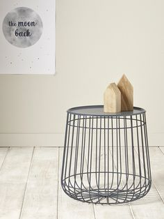 Ligne sobre et contemporaine, elle est sans conteste LA petite table à se procurer pour la chambre ou le salon. Grâce à son plateau amovible, elle off