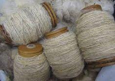Deze kleur wol heb ik gebruikt om als basis dit om het ijzerdraden huis te maken als versteviging en een voorbeeld van het spinnendraad. daaromheen heb ik uiteindelijk het visdraad gedaan.