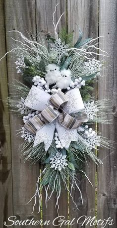 In this DIY tutorial, we will show you how to make Christmas decorations for your home. The video consists of 23 Christmas craft ideas. Christmas Swags, Christmas Door Decorations, Christmas Art, Christmas Ornaments, White Christmas Wreaths, Burlap Christmas, Primitive Christmas, Country Christmas, Owl Wreaths