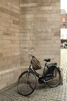 by the Cathedral of Our Lady, Antwerp, Belgium, photo: LatteLisa