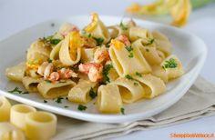 Calamarata+con+gamberi+e+fiori+di+zucca
