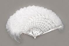 Feather fan / éventail en plumes Création Sylvain Le Guen Monture en nacre et bois / Fan sticks made of mother-of-pearl and wood ; feuille en éléments de soie et plumes d'autruche blanche / Fan leaf made of silk gauze and ostrich feathers