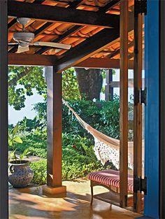 Casa de praia caiçara reformada ganha varanda de frente para a praia - Casa