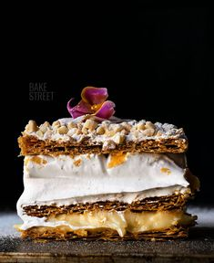 Costrada de Alcalá de Henares, a classic and traditional pastry made with puff pastry and two fillings; meringue and pastry cream, crowned with almonds. Bon Appetit, Biscuits, Banana Dessert, Pastry Shop, Banana Split, Dessert Recipes, Desserts, Confectionery, Light Recipes