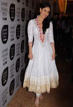 Kareena Kapoor in White Anarkali Suit Photos - Decent Look in White Churidar Dress Manish Malhotra Anarkali, Robe Anarkali, Costumes Anarkali, Salwar Kameez, Anarkali Suits, Anarkali Churidar, Lehenga Choli, White Churidar, White Anarkali