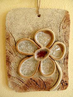Skleněná kytka Kachlík na pověšení, šamotová hlína a sklo. Vel. cca 15x12 cm.