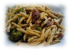 Primo piatto di Strozzapreti con salsiccia e broccoli