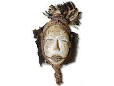 Das Angebot bezieht sich auf eine edle Ogoni Maske. Die herrliche Maske der Ogoni wurde in handwerklicher Fertigkeit aus Holz gefertigt und farbiger Bemalung, Pflanzenfaserngeweb und Bastschnur verziert. Der Kopfbehang besteht aus mehreren bunten Federn. Die Ogoni Maske hat eine Höhe von ca. 57cm. Bestellen Sie sofort und erfreuen Sie sich schon zeitnah an diesem Artikel.#OgoniMaske #MaskederOgoni #afrikanischeDeko #afrikanischeDekoration #AfricanArt #AfrikaDeko