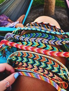 Summer Camp Fashion: Flashback to the - - Check more at Source by sommerfotos camping outfits Bracelets Diy, Summer Bracelets, Cute Friendship Bracelets, Homemade Bracelets, Thread Bracelets, Embroidery Bracelets, Diy Bracelets With String, Braided Bracelets, Friendship Bracelet Patterns