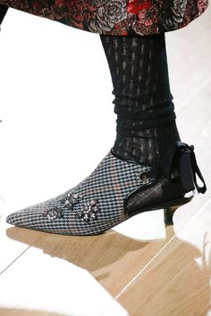 The complete Erdem Fall 2018 Ready-to-Wear fashion show now on Vogue Runway. Ugly Shoes, Hot Shoes, Shoes Heels, Plastic Shoes, Shoes Too Big, Cheap Shoes Online, Vogue, Erdem, Silver Shoes