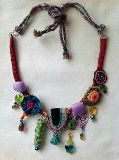 Exellent Textile Jewelry - Pinious [dot] com Fiber Art Jewelry, Textile Jewelry, Fabric Jewelry, Boho Jewelry, Jewelry Crafts, Jewelry Art, Beaded Jewelry, Jewelery, Jewelry Design