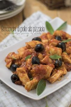 Chicken morsels with pizzaiola-Bocconcini di pollo alla pizzaiola Chunks of chicken with pizzaiola second meat dish recipe. Chicken Soup Recipes, Meat Recipes, Cooking Recipes, Healthy Recipes, Pollo Al Bourbon, Pollo Chicken, Confort Food, Everyday Food, Food Goals