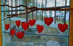 Pulleita sydämiä <3 Materiaalina sanomalehti ja silkkipaperi :)