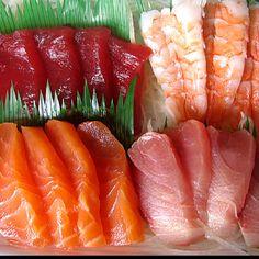 Sushi and Sashimi (Rich Fish) yummo! Sushi Restaurants, Sushi Recipes, Asian Recipes, Easy Recipes, My Favorite Food, Favorite Recipes, Sashimi Sushi, Salmon Sashimi, Food Porn