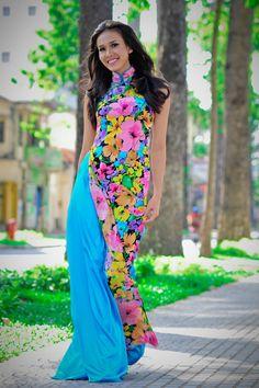 Mỹ Linh tung tăng với áo dài hoa