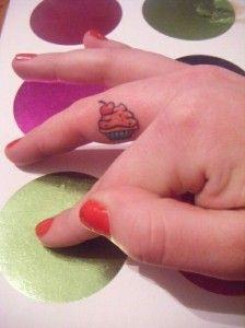 Uma seleção de fotos de tatuagens de Cupcake. A tatuagem de cupcake mostra o quanto os mini bolinhos decorados são populares e fazem a cabeça e pele das pessoas.