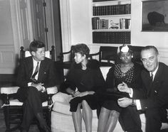 President John F. Kennedy and Vice President Lyndon B. Johnson meet with Olympic Track and Field Gold Medalist, Wilma Rudolph and her Mother Blanche Rudolph, Flo Jo, Olympic Track And Field, Lyndon B Johnson, Wilma Rudolph, 14 Avril, Rose Kennedy, John Fitzgerald, Female Hero, Photos Of Women