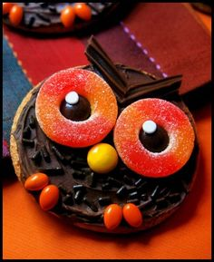 Wise Old Owl Cookies: You need Chocolate Frosting, Chocolate Jimmies, Chocolate Twizzlers, Peach Rings & Reese's Pieces. Cupcakes, Cupcake Cakes, Fruit Cakes, Yummy Treats, Sweet Treats, Yummy Food, Holiday Treats, Halloween Treats, Halloween Cookies