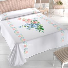 tela aida e occorrente per fare il copriletto a punto croce con fiori Bed Sheet Painting Design, Sheet Curtains, Designer Bed Sheets, Simple Kurti Designs, Fabric Paint Designs, Embroidery Works, Bed Covers, Cushion Covers, Bed Furniture
