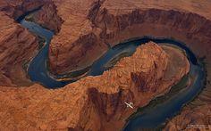 Horseshoe Bend Colorado River, Arizona, USA Nog spectaculairder van bovenaf dan van onderen, de wereldberoemde Horseshoe Bend in de USA! De bend is trouwens het beste te bereiken via Highway 89. Dat vraagt toch om een roadtrip, of niet dan!