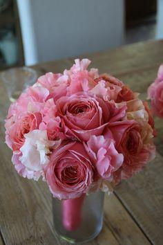 Coral David Austin roses & sweet pea bouquet. www.fleursfrance.com