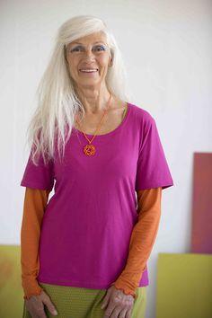 Gudrun Sjödéns Frühjahrskollektion 2015  - Das Shirt aus Öko-Baumwolle/Elasthan passt mit seinen tollen Farben hervorragend über ein Langarmshirt. Erhältlich in Ungebleicht, Senf, Hibiskus, Himmelblau, Jade und Schwarz.