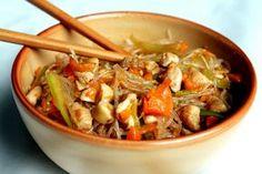 Ryžové rezance s kuracím mäsom a zeleninou na čínsky spôsob.