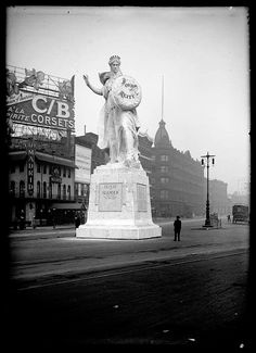 Duffy Square (Times Square) with the Leo Lentelli statue 'Purity (Defeat of Slander)' opposite Café Madrid in 1910 Old And New, Old Photos, Statue Of Liberty, New York City, Madrid, Times Square, Nyc, Retro, Duffy