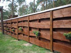 palissade en bois artistique avec des fleurs en jardinières
