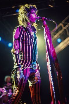 Steven Tyler of Aerosmith with crowd hands on stage at The Hammersmith Odeon in London, England. Brad Whitford, Lynn Goldsmith, Liv Tyler 90s, Steven Tyler Aerosmith, The Jam Band, Joe Perry, Stevie Ray, Stevie Nicks, Rock Legends