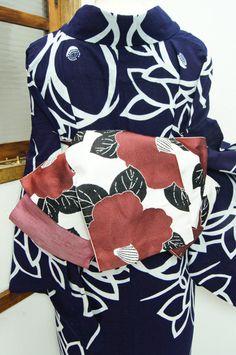 さっぱりとした白の地に大輪の椿の花浮かぶ半幅帯です。 #kimono