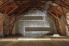 """坂井直樹の""""デザインの深読み"""": 大量の日常的な素材を使って非日常の世界を構築すると不思議なことに素材そのものの意味や特性が消失する。"""