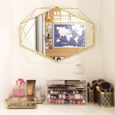 O cantinho de make fica assim, de costas para a parede de cortiça ✨🌎 . #espelho #umbra #mirror #makeupstation #vanity #penteadeira #decoração #decor #myumbra #brocosplace