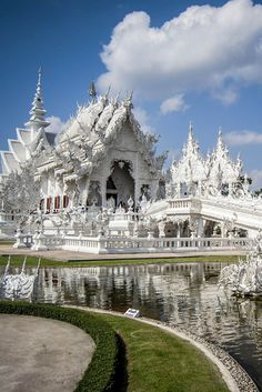 Check out beautiful photos and money-saving travel tips for the amazing white temple in Chiang Rai, northern Thailand.