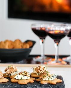 MARENGS MED MØRK SJOKOLADE OG MANDLER | TRINES MATBLOGG Frisk, Tiramisu, Cereal, Dessert, Breakfast, Cake, Recipes, Food, Flower
