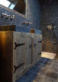 landelijke wastafel voor in de badkamer van steigerhout met twee hardsteen wasbakken.