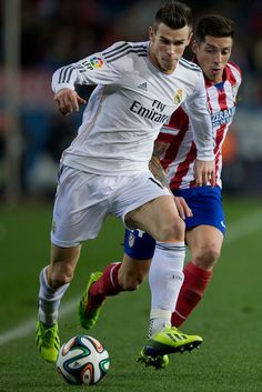 Gareth Bale competes for the ball with José Sosa during the Copa del Rey semifinal second leg match between Club Atlético de Madrid and Real Madrid CF at Estadio Vicente Calderón on February 11, 2014 in Madrid, Spain.