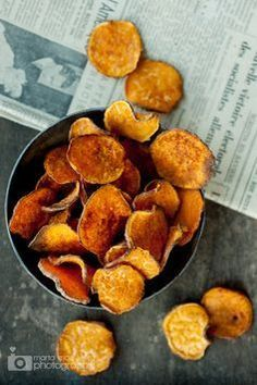 Bye potato chips: vegetable chips are the perfect snack alternative. We reveal how you can make the healthy nibbles yourself on ELLE.de The post Make vegetable chips yourself: the healthy snack alternative appeared first on Win Dessert. Sweet Potato Chips, Sweet Potato Recipes, Potato Crisps, Vegetable Chips, Vegetable Recipes, Appetizer Recipes, Snack Recipes, Cooking Recipes, Salad Recipes