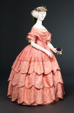 Shades of Victorian Fashion: Pretty in Century Pink Silk jacquard taffeta evening gown via FIDM. 1850s Fashion, Victorian Fashion, Vintage Fashion, Victorian Dresses, Victorian Era, Victorian Evening Gown, Evening Gowns, Antique Clothing, Historical Clothing