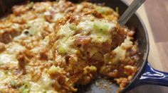 Get Your BBQ Fix With This Chicken Cornbread Skillet - One pot rezepte Turkey Recipes, Fish Recipes, Beef Recipes, Chicken Recipes, Dinner Recipes, Cooking Recipes, Yummy Recipes, Grilling Recipes, Grilling Ideas