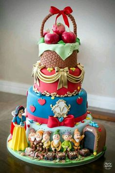 Snow White Party Ideas - Celebrat : Home of Celebration, Events to Celebrate, Wishes, Gifts ideas and more ! Gorgeous Cakes, Pretty Cakes, Cute Cakes, Amazing Cakes, Decors Pate A Sucre, Snow White Cake, Disney Desserts, Crazy Cakes, Novelty Cakes
