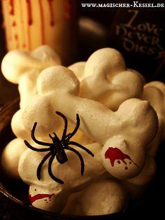 Knochen abnagen mal anders - nämlich zuckersüß! Halloween-Rezept für Baiserknochen
