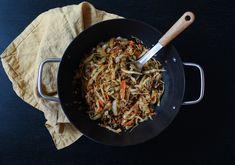 Mausteinen härkis-kaalipannu kimchillä - sekä hapankaali että Hapiskimchi sopivat mainiosti tähän herkulliseen ja nopeaan pannuruokaan! (Minska / reseptit) #härkis #kaaliruoka #rasilaisenhapankaali #rasilainen #hapankaali #hapis #hapiskimchi #kimchi